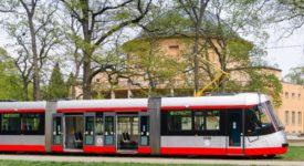 Tramvaje typu 14T se vrací do pražských ulic. S novým nátěrem a bez podélných sedaček
