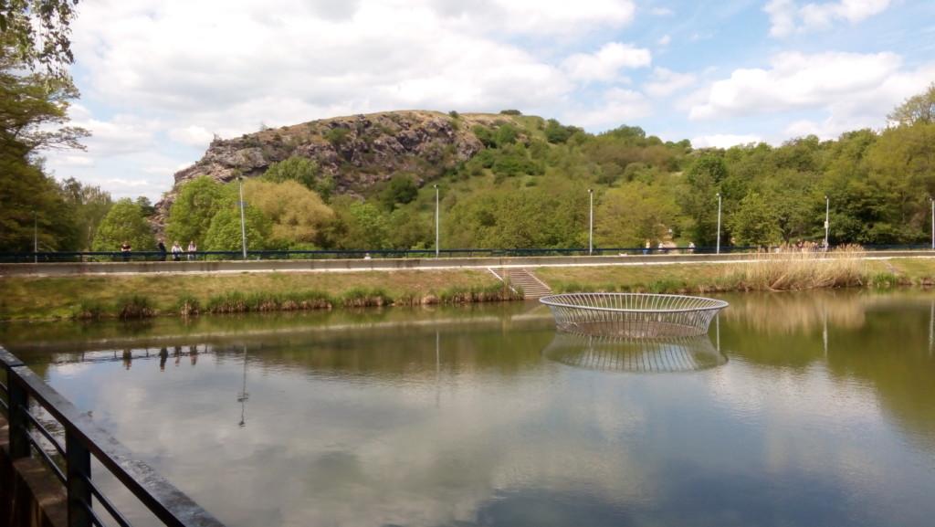 Přehrada vodní nádrže Džbán. V pozadí skaliska Divoké Šárky. - Foto: Martin Dobrovodský