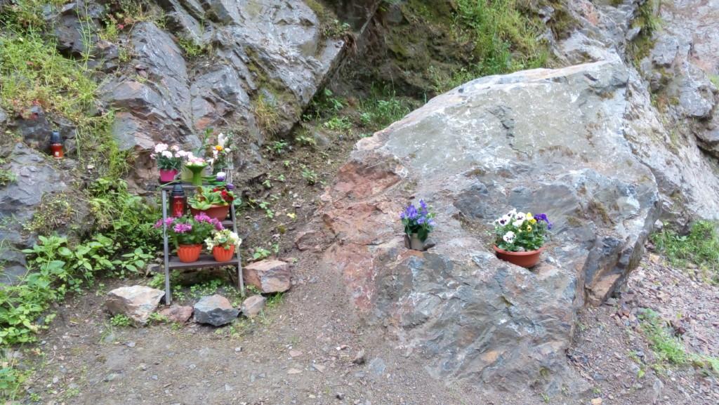 Pomníček horolezců, kteří se už z Divoké Šárky nikdy nevrátili. - Foto: Martin Dobrovodský