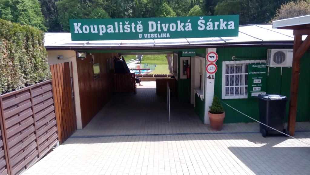 Vstup do koupaliště. - Foto: Martin Dobrovodský