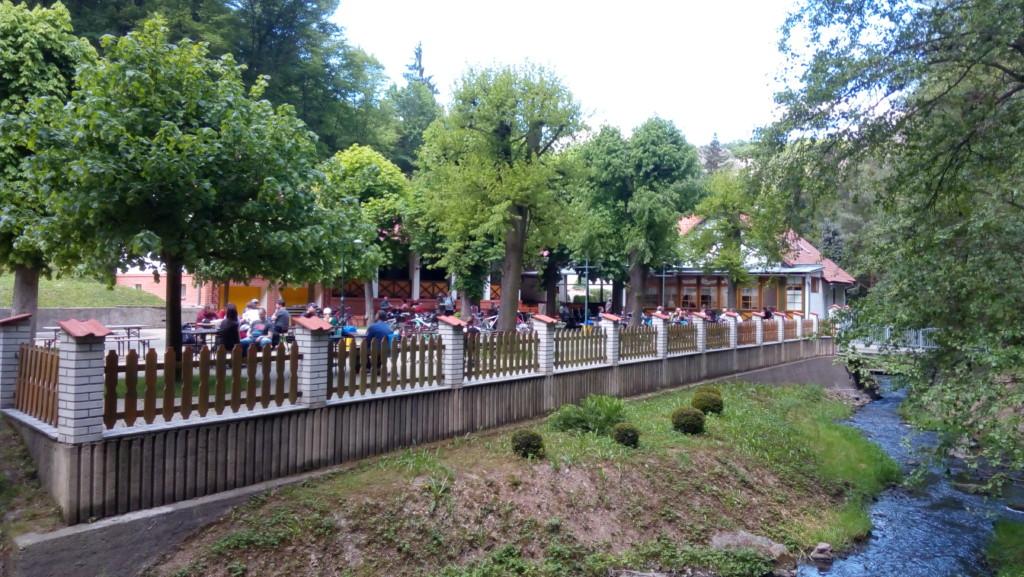 Restaurace Dívčí skok nabízí turistům možnost občerstvit se na jejich další cestě Šáreckým údolím. - Foto: Martin Dobrovodský