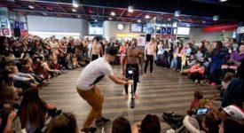 METRO V RYTMECH SWINGU, TANGA ČI SALSY. Akce Tanec v metru roztančila desítky lidí