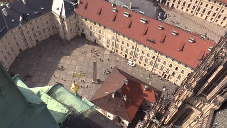 Nádvoři Pražského hradu ze samého vrcholu svatovítské katedrály - Foto: Jaroslav Mareš - badatele.net