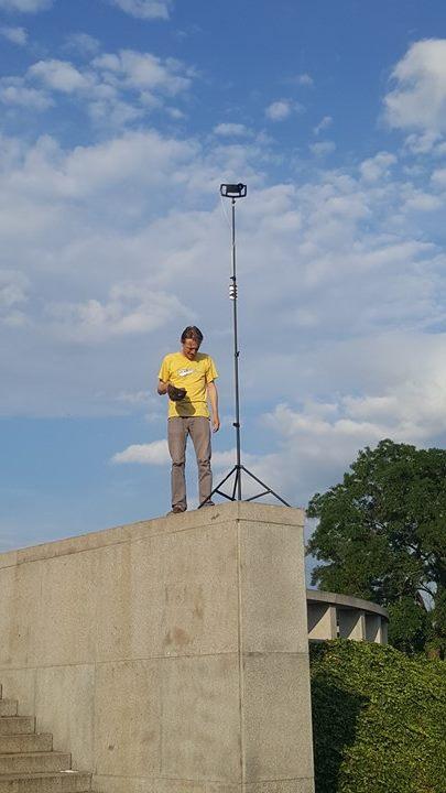 Náš kameraman, střihač, režisér, titulkář, zvukaž Honza si šteluje kameru, kterou jsme v přímém přenosu zabírali panorama Prahy - Foto: David Černý