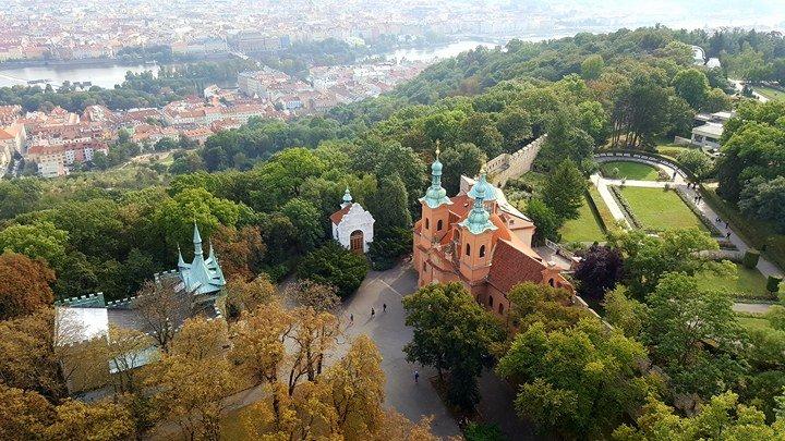Kostel svatého Vavřince stojí na Petřínském vrchu na úpatí rozhledny - Foto: David Černý