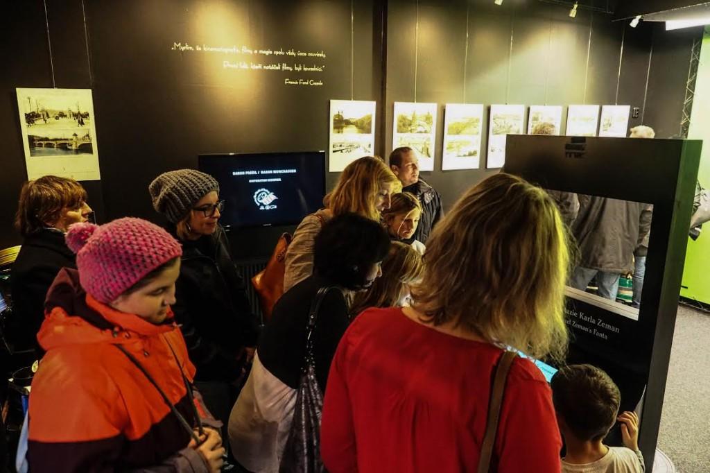 Návštěvníci si prohlížení výstavu Mosty staré Prahy v Muzeu Karla Zemana - Foto: Jakub Liška