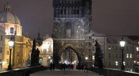 MOSTECKÉ NOCTURNO: Zimní procházka přes zasněžený Karlův most