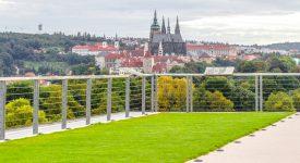 Neskutečné výhledy na Prahu, vycpaný býk inseminátor a cesta do nitra vody
