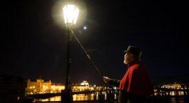V předvánočním čase se na Karlův most vrátil lampář! Kdy rozsvěcí své plynové lampy