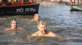 Tři králové se vnořili do Vltavy. Vzduch 8 stupňů – voda 4