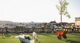 Střecha Lucerny se opět otevírá veřejnosti. Dřevěnou palubu překryla louka z umělé trávy