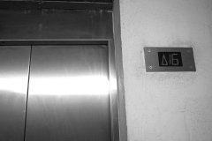 <h3>Výtah do podzemí</h3><p>Výtah vás z povrchu od Strahovského stadionu zaveze až 16 pater pod zem. Občas se zasekne - Foto: Eugen Kukla</p><hr /><a href='http://www.facebook.com/sharer.php?u=https://www.milujuprahu.cz/16-pater-pod-strahovem/' target='_blank' title='Share this page on Facebook'><img src='https://www.milujuprahu.cz/wp-content/themes/twentyten/images/flike.png' /></a><a href='https://plusone.google.com/_/+1/confirm?hl=en&url=https://www.milujuprahu.cz/16-pater-pod-strahovem/' target='_blank' title='Plus one this page on Google'><img src='https://www.milujuprahu.cz/wp-content/themes/twentyten/images/plusone.png' /></a><a href='http://www.pinterest.com/pin/create/button/?url=https://www.milujuprahu.cz&media=https://www.milujuprahu.cz/wp-content/uploads/2013/11/1452160_10200871754691616_975416560_n.jpg&description=Next%20stop%3A%20Pinterest' data-pin-do='buttonPin' data-pin-config='beside' target='_blank'><img src='https://assets.pinterest.com/images/pidgets/pin_it_button.png' /></a>