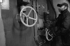 <h3>Průvodce do podzemí</h3><p>Náš skvělý průvodce otevírá dveře mezi protiatomovým krytem - Strahovským tunelem - a jeho zázemím.  - Foto: Eugen Kukla</p><hr /><a href='http://www.facebook.com/sharer.php?u=https://www.milujuprahu.cz/16-pater-pod-strahovem/' target='_blank' title='Share this page on Facebook'><img src='https://www.milujuprahu.cz/wp-content/themes/twentyten/images/flike.png' /></a><a href='https://plusone.google.com/_/+1/confirm?hl=en&url=https://www.milujuprahu.cz/16-pater-pod-strahovem/' target='_blank' title='Plus one this page on Google'><img src='https://www.milujuprahu.cz/wp-content/themes/twentyten/images/plusone.png' /></a><a href='http://www.pinterest.com/pin/create/button/?url=https://www.milujuprahu.cz&media=https://www.milujuprahu.cz/wp-content/uploads/2013/11/1459930_10200871117035675_1483816317_n.jpg&description=Next%20stop%3A%20Pinterest' data-pin-do='buttonPin' data-pin-config='beside' target='_blank'><img src='https://assets.pinterest.com/images/pidgets/pin_it_button.png' /></a>