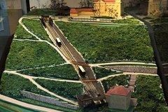 <h3>Model trasy lanovky na Letnou</h3><p>Takto byla vedena lanovka na Letnou. Nahoře je Letenský zámeček s dodnes oblíbenou zahradní resturací. Na lanovku bylo možné přestoupi dole z tramvaje jedoucí přes most Františka Josefa a nahoře na lanovku navazovala tramvaj s konečnou u Letenského zámečku.</p><hr /><a href='http://www.facebook.com/sharer.php?u=https://www.milujuprahu.cz/zapomenuta-lanovka-na-letnou/' target='_blank' title='Share this page on Facebook'><img src='https://www.milujuprahu.cz/wp-content/themes/twentyten/images/flike.png' /></a><a href='https://plusone.google.com/_/+1/confirm?hl=en&url=https://www.milujuprahu.cz/zapomenuta-lanovka-na-letnou/' target='_blank' title='Plus one this page on Google'><img src='https://www.milujuprahu.cz/wp-content/themes/twentyten/images/plusone.png' /></a><a href='http://www.pinterest.com/pin/create/button/?url=https://www.milujuprahu.cz&media=https://www.milujuprahu.cz/wp-content/uploads/2013/11/932652_135133_vystava_lanovka_letna.jpg&description=Next%20stop%3A%20Pinterest' data-pin-do='buttonPin' data-pin-config='beside' target='_blank'><img src='https://assets.pinterest.com/images/pidgets/pin_it_button.png' /></a>
