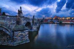 <h3>Západ slunce nad Karlovým mostem</h3><p>Marek Kijevský: Trochu jiný pohled na Pražský hrad a Karlův most, snažil jsem se zachytit dramatický západ slunce, kdy sluneční paprsky jen málo vykukovaly přes mraky po zamračeném dni.</p><hr /><a href='http://www.facebook.com/sharer.php?u=https://www.milujuprahu.cz/marek-kijevsky-zabalil-prahu-do-modre/' target='_blank' title='Share this page on Facebook'><img src='https://www.milujuprahu.cz/wp-content/themes/twentyten/images/flike.png' /></a><a href='https://plusone.google.com/_/+1/confirm?hl=en&url=https://www.milujuprahu.cz/marek-kijevsky-zabalil-prahu-do-modre/' target='_blank' title='Plus one this page on Google'><img src='https://www.milujuprahu.cz/wp-content/themes/twentyten/images/plusone.png' /></a><a href='http://www.pinterest.com/pin/create/button/?url=https://www.milujuprahu.cz&media=https://www.milujuprahu.cz/wp-content/uploads/2013/11/Charles-Bridge-Sunset.jpg&description=Next%20stop%3A%20Pinterest' data-pin-do='buttonPin' data-pin-config='beside' target='_blank'><img src='https://assets.pinterest.com/images/pidgets/pin_it_button.png' /></a>