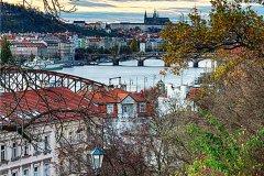 <h3>Z Vyšehradu na Pražský hrad</h3><p>Od pradávná se vedou spory, který z těch pražských hradů byl vlastně první. Kde historie staroslavného města vlastně začala. - (Foto: Karel Dobeš)</p><hr /><a href='http://www.facebook.com/sharer.php?u=https://www.milujuprahu.cz/prazske-obrazy-karla-dobese/' target='_blank' title='Share this page on Facebook'><img src='https://www.milujuprahu.cz/wp-content/themes/twentyten/images/flike.png' /></a><a href='https://plusone.google.com/_/+1/confirm?hl=en&url=https://www.milujuprahu.cz/prazske-obrazy-karla-dobese/' target='_blank' title='Plus one this page on Google'><img src='https://www.milujuprahu.cz/wp-content/themes/twentyten/images/plusone.png' /></a><a href='http://www.pinterest.com/pin/create/button/?url=https://www.milujuprahu.cz&media=https://www.milujuprahu.cz/wp-content/uploads/2013/11/KDA7968_HDR03_PS_W.jpg&description=Next%20stop%3A%20Pinterest' data-pin-do='buttonPin' data-pin-config='beside' target='_blank'><img src='https://assets.pinterest.com/images/pidgets/pin_it_button.png' /></a>