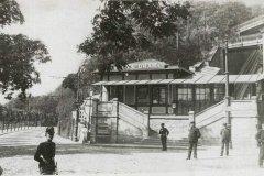 <h3>Dolní zastávka lanovky na Letnou</h3><p>Lanovka na Letnou poprvé vjela 31. května 1891. Pražanům sloužila do listopadu 1916. O deset let později bylo v její trase uvedeno do provozu kryté pohyblivé schodiště, které si zahrálo i ve filmu Muži v offsidu.</p><hr /><a href='http://www.facebook.com/sharer.php?u=https://www.milujuprahu.cz/zapomenuta-lanovka-na-letnou/' target='_blank' title='Share this page on Facebook'><img src='https://www.milujuprahu.cz/wp-content/themes/twentyten/images/flike.png' /></a><a href='https://plusone.google.com/_/+1/confirm?hl=en&url=https://www.milujuprahu.cz/zapomenuta-lanovka-na-letnou/' target='_blank' title='Plus one this page on Google'><img src='https://www.milujuprahu.cz/wp-content/themes/twentyten/images/plusone.png' /></a><a href='http://www.pinterest.com/pin/create/button/?url=https://www.milujuprahu.cz&media=https://www.milujuprahu.cz/wp-content/uploads/2013/11/P1060710-_puvodni_lanovka_na_Letnou.jpg&description=Next%20stop%3A%20Pinterest' data-pin-do='buttonPin' data-pin-config='beside' target='_blank'><img src='https://assets.pinterest.com/images/pidgets/pin_it_button.png' /></a>