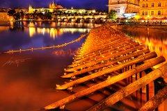 <h3>Novotného lávka</h3><p>Marek Kijevský: Klasický pohled na Karlův most. Líbily se mi pilíře a dramatický západ slunce po bouři. </p><hr /><a href='http://www.facebook.com/sharer.php?u=https://www.milujuprahu.cz/marek-kijevsky-zabalil-prahu-do-modre/' target='_blank' title='Share this page on Facebook'><img src='https://www.milujuprahu.cz/wp-content/themes/twentyten/images/flike.png' /></a><a href='https://plusone.google.com/_/+1/confirm?hl=en&url=https://www.milujuprahu.cz/marek-kijevsky-zabalil-prahu-do-modre/' target='_blank' title='Plus one this page on Google'><img src='https://www.milujuprahu.cz/wp-content/themes/twentyten/images/plusone.png' /></a><a href='http://www.pinterest.com/pin/create/button/?url=https://www.milujuprahu.cz&media=https://www.milujuprahu.cz/wp-content/uploads/2013/11/Stormy-pillars.jpg&description=Next%20stop%3A%20Pinterest' data-pin-do='buttonPin' data-pin-config='beside' target='_blank'><img src='https://assets.pinterest.com/images/pidgets/pin_it_button.png' /></a>
