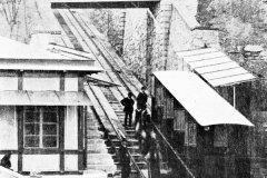 <h3>Lanovka byla původně poháněna vodní převahou</h3><p>Lanovka na Letnou byla původně poháněna systémem vodní převahy t. j. v horní stanici byla do nádrže pod podlahou vozu napouštěna voda (4–5 krychlových metrů) a v dolní stanici pak vypouštěna. Elektrifikována byla v roce 1903.</p><hr /><a href='http://www.facebook.com/sharer.php?u=https://www.milujuprahu.cz/zapomenuta-lanovka-na-letnou/' target='_blank' title='Share this page on Facebook'><img src='https://www.milujuprahu.cz/wp-content/themes/twentyten/images/flike.png' /></a><a href='https://plusone.google.com/_/+1/confirm?hl=en&url=https://www.milujuprahu.cz/zapomenuta-lanovka-na-letnou/' target='_blank' title='Plus one this page on Google'><img src='https://www.milujuprahu.cz/wp-content/themes/twentyten/images/plusone.png' /></a><a href='http://www.pinterest.com/pin/create/button/?url=https://www.milujuprahu.cz&media=https://www.milujuprahu.cz/wp-content/uploads/2013/11/img100.jpg&description=Next%20stop%3A%20Pinterest' data-pin-do='buttonPin' data-pin-config='beside' target='_blank'><img src='https://assets.pinterest.com/images/pidgets/pin_it_button.png' /></a>