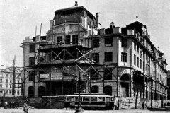 <h3>Tramvaj na Mariánském náměstí před právě budovanou novou radnicí</h3><p>Tato tramvajová trať byla vedena ze Staroměstského přes Malé a Mariánské náměstí do Platnéřské ulice. Úsek mezi Křižovnickým náměstím a Staroměstskkým náměstím byl zrušen v roce 1927. Foceno asi 1911 - (Foto: autor neznámý)</p><hr /><a href='http://www.facebook.com/sharer.php?u=https://www.milujuprahu.cz/tady-byste-tramvaj-necekali/' target='_blank' title='Share this page on Facebook'><img src='https://www.milujuprahu.cz/wp-content/themes/twentyten/images/flike.png' /></a><a href='https://plusone.google.com/_/+1/confirm?hl=en&url=https://www.milujuprahu.cz/tady-byste-tramvaj-necekali/' target='_blank' title='Plus one this page on Google'><img src='https://www.milujuprahu.cz/wp-content/themes/twentyten/images/plusone.png' /></a><a href='http://www.pinterest.com/pin/create/button/?url=https://www.milujuprahu.cz&media=https://www.milujuprahu.cz/wp-content/uploads/2013/11/marianske-namesti.jpg&description=Next%20stop%3A%20Pinterest' data-pin-do='buttonPin' data-pin-config='beside' target='_blank'><img src='https://assets.pinterest.com/images/pidgets/pin_it_button.png' /></a>