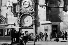 <h3>Koňka před Orlojem</h3><p>Fotka byla pořízena po roce 1883, Koněspřežná dráha nejdřív jezdila jen od Křižovnického náměstí k Prašné bráně - (Foto: Ateliér E. Krátký, Kolín)</p><hr /><a href='http://www.facebook.com/sharer.php?u=https://www.milujuprahu.cz/tady-byste-tramvaj-necekali/' target='_blank' title='Share this page on Facebook'><img src='https://www.milujuprahu.cz/wp-content/themes/twentyten/images/flike.png' /></a><a href='https://plusone.google.com/_/+1/confirm?hl=en&url=https://www.milujuprahu.cz/tady-byste-tramvaj-necekali/' target='_blank' title='Plus one this page on Google'><img src='https://www.milujuprahu.cz/wp-content/themes/twentyten/images/plusone.png' /></a><a href='http://www.pinterest.com/pin/create/button/?url=https://www.milujuprahu.cz&media=https://www.milujuprahu.cz/wp-content/uploads/2013/11/orloj1.jpg&description=Next%20stop%3A%20Pinterest' data-pin-do='buttonPin' data-pin-config='beside' target='_blank'><img src='https://assets.pinterest.com/images/pidgets/pin_it_button.png' /></a>