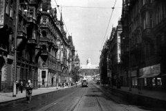 <h3>Tramvaj v Pařížské</h3><p>Tramvaj v Pažíské v pozadí se Stalinovým pomníkem na Letné. Poslední tramvaj tudy projela na Silvestra 1959. - (Foto: Jan Novotný)</p><hr /><a href='http://www.facebook.com/sharer.php?u=https://www.milujuprahu.cz/tady-byste-tramvaj-necekali/' target='_blank' title='Share this page on Facebook'><img src='https://www.milujuprahu.cz/wp-content/themes/twentyten/images/flike.png' /></a><a href='https://plusone.google.com/_/+1/confirm?hl=en&url=https://www.milujuprahu.cz/tady-byste-tramvaj-necekali/' target='_blank' title='Plus one this page on Google'><img src='https://www.milujuprahu.cz/wp-content/themes/twentyten/images/plusone.png' /></a><a href='http://www.pinterest.com/pin/create/button/?url=https://www.milujuprahu.cz&media=https://www.milujuprahu.cz/wp-content/uploads/2013/11/parizska.jpg&description=Next%20stop%3A%20Pinterest' data-pin-do='buttonPin' data-pin-config='beside' target='_blank'><img src='https://assets.pinterest.com/images/pidgets/pin_it_button.png' /></a>