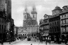 <h3>Tramvaje na Staroměstském náměstí</h3><p>Tramvaj na Staroměstském náměstí jezdila od roku 1883 až do roku 1966. V roce 1914 byly přes Staroměstské náměstí vedeny dokonce tři linky. - (Foto: autor nezámý)</p><hr /><a href='http://www.facebook.com/sharer.php?u=https://www.milujuprahu.cz/tady-byste-tramvaj-necekali/' target='_blank' title='Share this page on Facebook'><img src='https://www.milujuprahu.cz/wp-content/themes/twentyten/images/flike.png' /></a><a href='https://plusone.google.com/_/+1/confirm?hl=en&url=https://www.milujuprahu.cz/tady-byste-tramvaj-necekali/' target='_blank' title='Plus one this page on Google'><img src='https://www.milujuprahu.cz/wp-content/themes/twentyten/images/plusone.png' /></a><a href='http://www.pinterest.com/pin/create/button/?url=https://www.milujuprahu.cz&media=https://www.milujuprahu.cz/wp-content/uploads/2013/11/staromak.jpg&description=Next%20stop%3A%20Pinterest' data-pin-do='buttonPin' data-pin-config='beside' target='_blank'><img src='https://assets.pinterest.com/images/pidgets/pin_it_button.png' /></a>