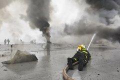 <h3>Oheň už 12 hodin vítězí</h3><p> Po řadě ústupů se však blíží chvíle, kdy se situace otočí. Všichni hasiči na střeše hořícího velkoskladu v pražské Libuši tomu věří. - (Foto: Jaromír Chalabala)</p><hr /><a href='http://www.facebook.com/sharer.php?u=https://www.milujuprahu.cz/prazsti-hasici-spechaji-tam-odkud-ostatni-utikaji/' target='_blank' title='Share this page on Facebook'><img src='https://www.milujuprahu.cz/wp-content/themes/twentyten/images/flike.png' /></a><a href='https://plusone.google.com/_/+1/confirm?hl=en&url=https://www.milujuprahu.cz/prazsti-hasici-spechaji-tam-odkud-ostatni-utikaji/' target='_blank' title='Plus one this page on Google'><img src='https://www.milujuprahu.cz/wp-content/themes/twentyten/images/plusone.png' /></a><a href='http://www.pinterest.com/pin/create/button/?url=https://www.milujuprahu.cz&media=https://www.milujuprahu.cz/wp-content/uploads/2013/12/13.jpg&description=Next%20stop%3A%20Pinterest' data-pin-do='buttonPin' data-pin-config='beside' target='_blank'><img src='https://assets.pinterest.com/images/pidgets/pin_it_button.png' /></a>