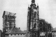<h3>Katedrála v roce 1887</h3><p>Od padesátých let 19. století probíhaly opravné práce a 1. 10. 1873 byl položen základní kámen k dostavbě trojlodí podle projektu Josefa Mockera,</p><hr /><a href='http://www.facebook.com/sharer.php?u=https://www.milujuprahu.cz/seznamte-se-toto-je-svatovitska-katedrala/' target='_blank' title='Share this page on Facebook'><img src='https://www.milujuprahu.cz/wp-content/themes/twentyten/images/flike.png' /></a><a href='https://plusone.google.com/_/+1/confirm?hl=en&url=https://www.milujuprahu.cz/seznamte-se-toto-je-svatovitska-katedrala/' target='_blank' title='Plus one this page on Google'><img src='https://www.milujuprahu.cz/wp-content/themes/twentyten/images/plusone.png' /></a><a href='http://www.pinterest.com/pin/create/button/?url=https://www.milujuprahu.cz&media=https://www.milujuprahu.cz/wp-content/uploads/2013/12/1877.jpg&description=Next%20stop%3A%20Pinterest' data-pin-do='buttonPin' data-pin-config='beside' target='_blank'><img src='https://assets.pinterest.com/images/pidgets/pin_it_button.png' /></a>