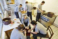 <h3>Každodennost</h3><p>Příprava oběda na stanici číslo 5 ve Strašnicích - (Foto: Jaromír Chalabala)</p><hr /><a href='http://www.facebook.com/sharer.php?u=https://www.milujuprahu.cz/prazsti-hasici-spechaji-tam-odkud-ostatni-utikaji/' target='_blank' title='Share this page on Facebook'><img src='https://www.milujuprahu.cz/wp-content/themes/twentyten/images/flike.png' /></a><a href='https://plusone.google.com/_/+1/confirm?hl=en&url=https://www.milujuprahu.cz/prazsti-hasici-spechaji-tam-odkud-ostatni-utikaji/' target='_blank' title='Plus one this page on Google'><img src='https://www.milujuprahu.cz/wp-content/themes/twentyten/images/plusone.png' /></a><a href='http://www.pinterest.com/pin/create/button/?url=https://www.milujuprahu.cz&media=https://www.milujuprahu.cz/wp-content/uploads/2013/12/2.jpg&description=Next%20stop%3A%20Pinterest' data-pin-do='buttonPin' data-pin-config='beside' target='_blank'><img src='https://assets.pinterest.com/images/pidgets/pin_it_button.png' /></a>