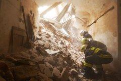 <h3>Rychle běžící čas</h3><p>Pátrání po zasypaných dělnících. - (Foto: Jaromír Chalabala)</p><hr /><a href='http://www.facebook.com/sharer.php?u=https://www.milujuprahu.cz/prazsti-hasici-spechaji-tam-odkud-ostatni-utikaji/' target='_blank' title='Share this page on Facebook'><img src='https://www.milujuprahu.cz/wp-content/themes/twentyten/images/flike.png' /></a><a href='https://plusone.google.com/_/+1/confirm?hl=en&url=https://www.milujuprahu.cz/prazsti-hasici-spechaji-tam-odkud-ostatni-utikaji/' target='_blank' title='Plus one this page on Google'><img src='https://www.milujuprahu.cz/wp-content/themes/twentyten/images/plusone.png' /></a><a href='http://www.pinterest.com/pin/create/button/?url=https://www.milujuprahu.cz&media=https://www.milujuprahu.cz/wp-content/uploads/2013/12/20.jpg&description=Next%20stop%3A%20Pinterest' data-pin-do='buttonPin' data-pin-config='beside' target='_blank'><img src='https://assets.pinterest.com/images/pidgets/pin_it_button.png' /></a>