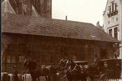 <h3>Na Jiřském náměstí</h3><p>Jiřské náměstí, kočáry, kol 1895 - Za spřežením s kočáry je dům stavebního dvora Jednoty pro dostavbu chrámu sv. Víta.</p><hr /><a href='http://www.facebook.com/sharer.php?u=https://www.milujuprahu.cz/seznamte-se-toto-je-svatovitska-katedrala/' target='_blank' title='Share this page on Facebook'><img src='https://www.milujuprahu.cz/wp-content/themes/twentyten/images/flike.png' /></a><a href='https://plusone.google.com/_/+1/confirm?hl=en&url=https://www.milujuprahu.cz/seznamte-se-toto-je-svatovitska-katedrala/' target='_blank' title='Plus one this page on Google'><img src='https://www.milujuprahu.cz/wp-content/themes/twentyten/images/plusone.png' /></a><a href='http://www.pinterest.com/pin/create/button/?url=https://www.milujuprahu.cz&media=https://www.milujuprahu.cz/wp-content/uploads/2013/12/photographies-79.jpg&description=Next%20stop%3A%20Pinterest' data-pin-do='buttonPin' data-pin-config='beside' target='_blank'><img src='https://assets.pinterest.com/images/pidgets/pin_it_button.png' /></a>