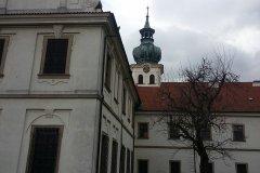 <h3>Břevnovský klášter</h3><p>Dnešní stav břevnovského kláštera včetně zahrady odpovídá zhruba stavu po velké barokní přestavbě, provedené za opata Otmara Zinka v letech 1700—1721 pod postupným vedením Pavla Ignáce Bayera /1691—1709/, Kryštofa Dientzenhofera /1709—1716/ a Kiliána Ignáce Dientzenthofera /1716—51/. </p><hr /><a href='http://www.facebook.com/sharer.php?u=https://www.milujuprahu.cz/krasy-brevnovskeho-klastera-tudy-sla-nejstarsi-ceska-historie/' target='_blank' title='Share this page on Facebook'><img src='https://www.milujuprahu.cz/wp-content/themes/twentyten/images/flike.png' /></a><a href='https://plusone.google.com/_/+1/confirm?hl=en&url=https://www.milujuprahu.cz/krasy-brevnovskeho-klastera-tudy-sla-nejstarsi-ceska-historie/' target='_blank' title='Plus one this page on Google'><img src='https://www.milujuprahu.cz/wp-content/themes/twentyten/images/plusone.png' /></a><a href='http://www.pinterest.com/pin/create/button/?url=https://www.milujuprahu.cz&media=https://www.milujuprahu.cz/wp-content/uploads/2014/03/10150748_4142401293656_837236995_n.jpg&description=Next%20stop%3A%20Pinterest' data-pin-do='buttonPin' data-pin-config='beside' target='_blank'><img src='https://assets.pinterest.com/images/pidgets/pin_it_button.png' /></a>