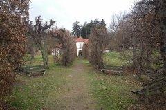 <h3>Libosad na zahradě Břevnovského kláštera </h3><p>Po vyhnání benediktinů z Břevnova v r. 1950 došlo k postupné devastaci nejen zahrady, ale také všech objektů v zahradě.Nejprve se zřítila levá část dřevěné prosklené konstrukce skleníku /1948/. Nakonec zbylo z této stavby torzo střední části a štítových stěn.</p><hr /><a href='http://www.facebook.com/sharer.php?u=https://www.milujuprahu.cz/krasy-brevnovskeho-klastera-tudy-sla-nejstarsi-ceska-historie/' target='_blank' title='Share this page on Facebook'><img src='https://www.milujuprahu.cz/wp-content/themes/twentyten/images/flike.png' /></a><a href='https://plusone.google.com/_/+1/confirm?hl=en&url=https://www.milujuprahu.cz/krasy-brevnovskeho-klastera-tudy-sla-nejstarsi-ceska-historie/' target='_blank' title='Plus one this page on Google'><img src='https://www.milujuprahu.cz/wp-content/themes/twentyten/images/plusone.png' /></a><a href='http://www.pinterest.com/pin/create/button/?url=https://www.milujuprahu.cz&media=https://www.milujuprahu.cz/wp-content/uploads/2014/03/1908279_4142404413734_698172906_n.jpg&description=Next%20stop%3A%20Pinterest' data-pin-do='buttonPin' data-pin-config='beside' target='_blank'><img src='https://assets.pinterest.com/images/pidgets/pin_it_button.png' /></a>