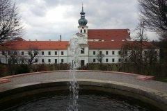 <h3>Vodotrysk před oranžérii</h3><p>Současnou stavbu zahájil roku 1708 opat Otmar Zinke a svěřil ji nejlepším umělcům své doby. Stavba byla sálová vrcholně barokní, s dlouhým kněžištěm podle plánů Kryštofa Dientzenhofera.[3] Kostel byl vysvěcen 1715, celá stavba trvala do roku 1740. </p><hr /><a href='http://www.facebook.com/sharer.php?u=https://www.milujuprahu.cz/krasy-brevnovskeho-klastera-tudy-sla-nejstarsi-ceska-historie/' target='_blank' title='Share this page on Facebook'><img src='https://www.milujuprahu.cz/wp-content/themes/twentyten/images/flike.png' /></a><a href='https://plusone.google.com/_/+1/confirm?hl=en&url=https://www.milujuprahu.cz/krasy-brevnovskeho-klastera-tudy-sla-nejstarsi-ceska-historie/' target='_blank' title='Plus one this page on Google'><img src='https://www.milujuprahu.cz/wp-content/themes/twentyten/images/plusone.png' /></a><a href='http://www.pinterest.com/pin/create/button/?url=https://www.milujuprahu.cz&media=https://www.milujuprahu.cz/wp-content/uploads/2014/03/1948047_4142402893696_2113197291_n.jpg&description=Next%20stop%3A%20Pinterest' data-pin-do='buttonPin' data-pin-config='beside' target='_blank'><img src='https://assets.pinterest.com/images/pidgets/pin_it_button.png' /></a>