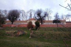 <h3>Oranžérie</h3><p>První zmínka o oranžerii /skleníku/ v klášterní zahradě je v diáriích břevnovského provizorátu uvedena k r. 1737. Za autora návrhu je považován Kilián Ignác Dientzenhofer. Jedná se o úzkou podélnou stavbu přiléhající k opěrné zdi 4. terasy. Její centrální část je zaklenutá, otevřená dopředu směrem ke klášterním budovám jako salla terrena. Na tento zděný, hloubkově orientovaný ovál symetricky po obou stranách přiléhají prosklená skleníková křídla s dřevěnými sloupky šikmých výplní.</p><hr /><a href='http://www.facebook.com/sharer.php?u=https://www.milujuprahu.cz/krasy-brevnovskeho-klastera-tudy-sla-nejstarsi-ceska-historie/' target='_blank' title='Share this page on Facebook'><img src='https://www.milujuprahu.cz/wp-content/themes/twentyten/images/flike.png' /></a><a href='https://plusone.google.com/_/+1/confirm?hl=en&url=https://www.milujuprahu.cz/krasy-brevnovskeho-klastera-tudy-sla-nejstarsi-ceska-historie/' target='_blank' title='Plus one this page on Google'><img src='https://www.milujuprahu.cz/wp-content/themes/twentyten/images/plusone.png' /></a><a href='http://www.pinterest.com/pin/create/button/?url=https://www.milujuprahu.cz&media=https://www.milujuprahu.cz/wp-content/uploads/2014/03/2518_4142401933672_706518804_n.jpg&description=Next%20stop%3A%20Pinterest' data-pin-do='buttonPin' data-pin-config='beside' target='_blank'><img src='https://assets.pinterest.com/images/pidgets/pin_it_button.png' /></a>