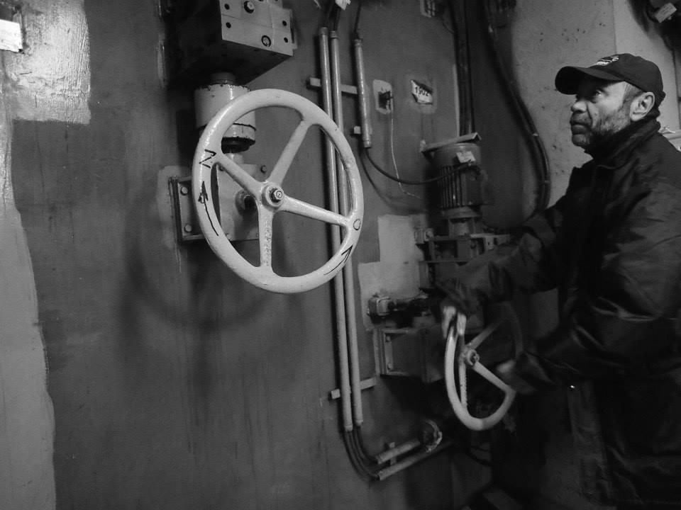 Náš skvělý průvodce otevírá dveře mezi protiatomovým krytem - Strahovským tunelem - a jeho zázemím. - Foto: Eugen Kukla