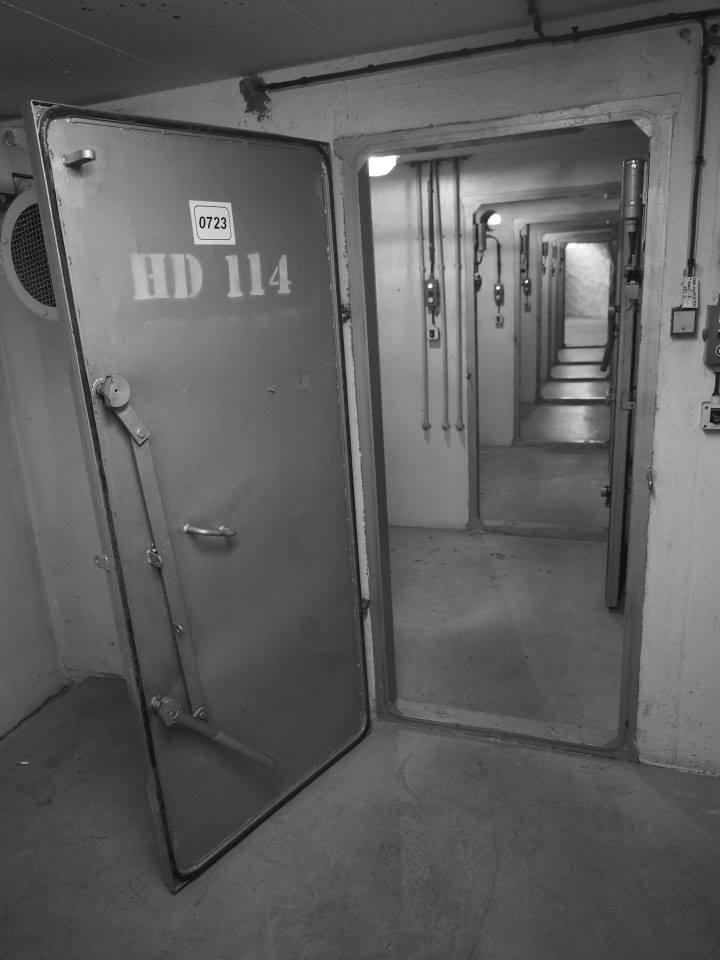 Dekontaminačních sprch je dole za sebou celá řada a slouží k tomu, aby smyly kontaminovaným prach z nových příchozích do krytu - Foto: Eugen Kukla
