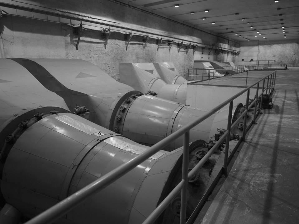 Tato vzduchotechnika zajišťuje vzduch v případě, že se tunel změní v kryt. V mírových dobách naopak vyhání zplodiny z tunelu ven - Foto: Eugen Kukla