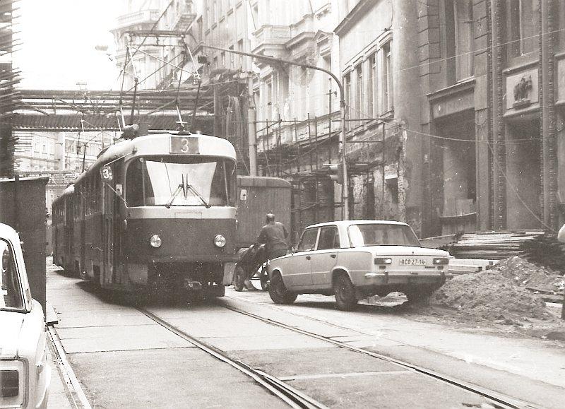 V roce 1985 projíždí tramvaj číslo tři ulicí 28. října. Ten samý rok zde byla trať zrušena a vybudována pěší zóna. - (Foto: autor neznámý)