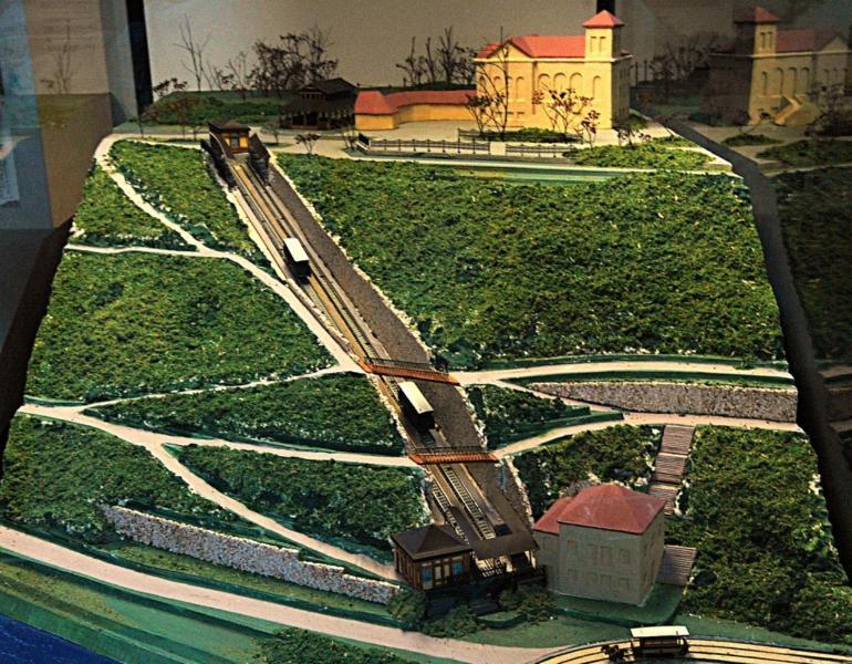 Takto byla vedena lanovka na Letnou. Nahoře je Letenský zámeček s dodnes oblíbenou zahradní resturací. Na lanovku bylo možné přestoupi dole z tramvaje jedoucí přes most Františka Josefa a nahoře na lanovku navazovala tramvaj s konečnou u Letenského zámečku.