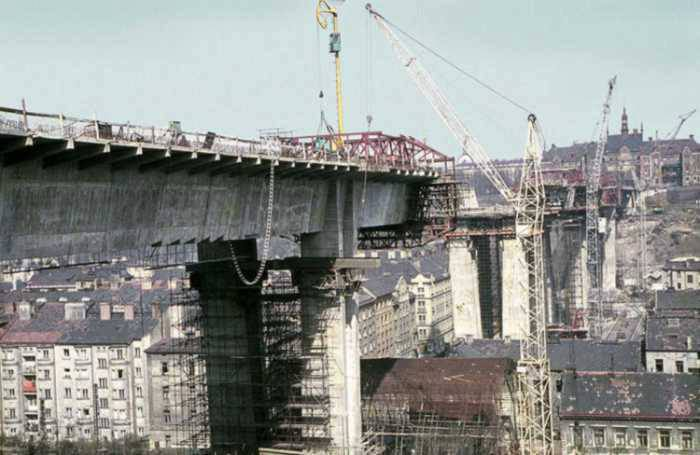 Stavba mostu v roce 1969 - (Foto: archiv DPP)