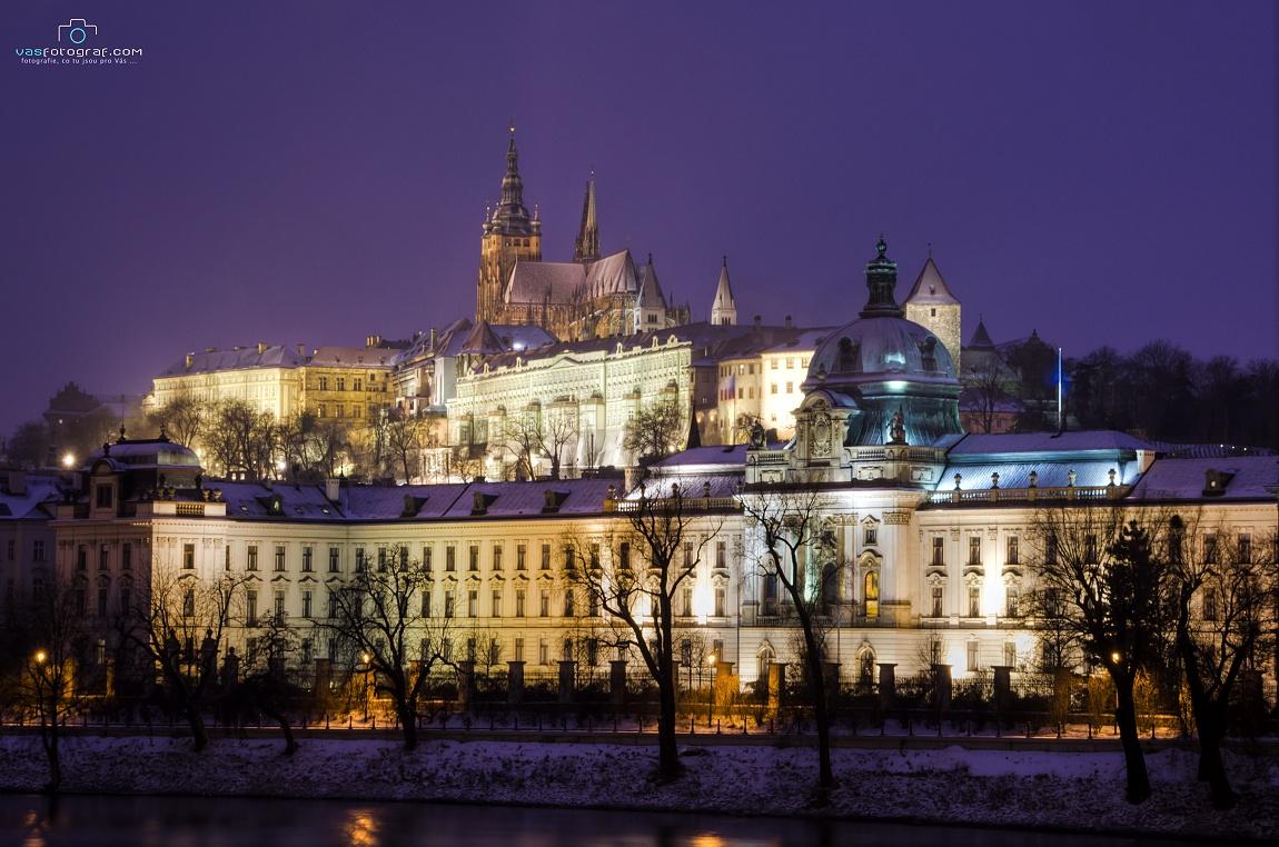 """Michal Fic: """"Den po Štědrém dni roku 2010 při pohledu na pražské dominanty v krásných vánočních barvách."""""""