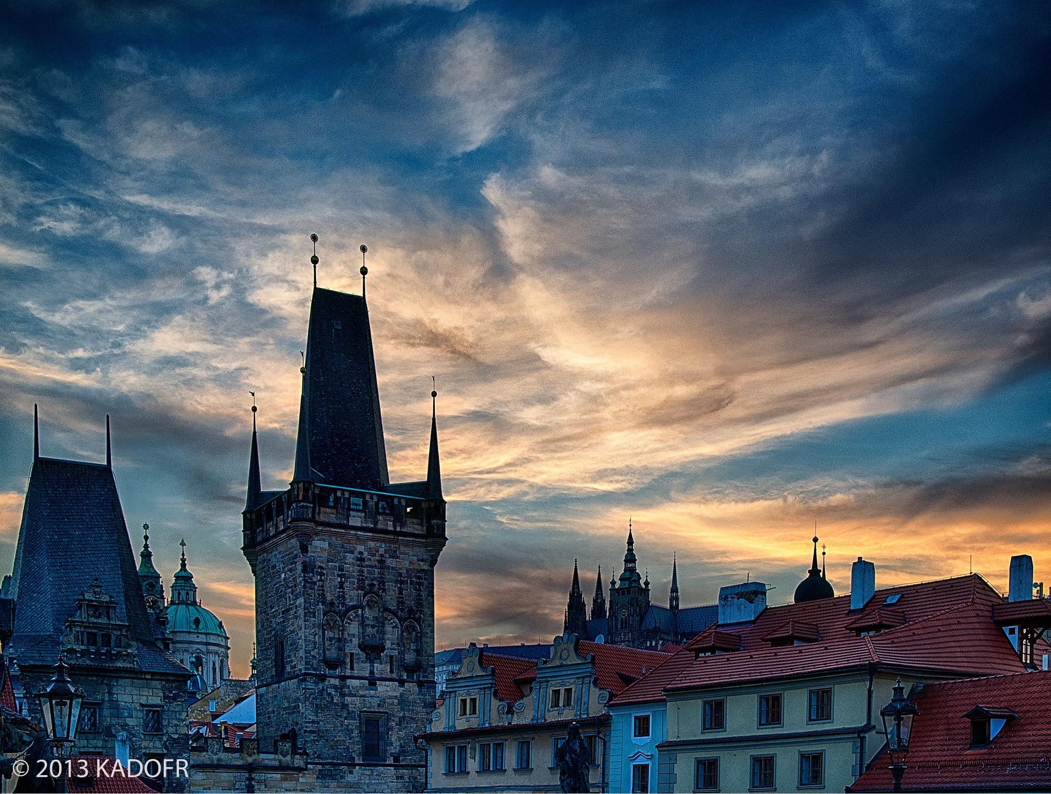 Ta menší patřila ještě k Juditině mostu a ta větší je zmenšenou kopií Staroměstské mostecké věže - (Foto: Karel Dobeš)