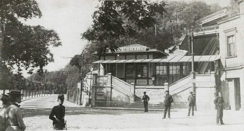 Lanovka na Letnou poprvé vjela 31. května 1891. Pražanům sloužila do listopadu 1916. O deset let později bylo v její trase uvedeno do provozu kryté pohyblivé schodiště, které si zahrálo i ve filmu Muži v offsidu.