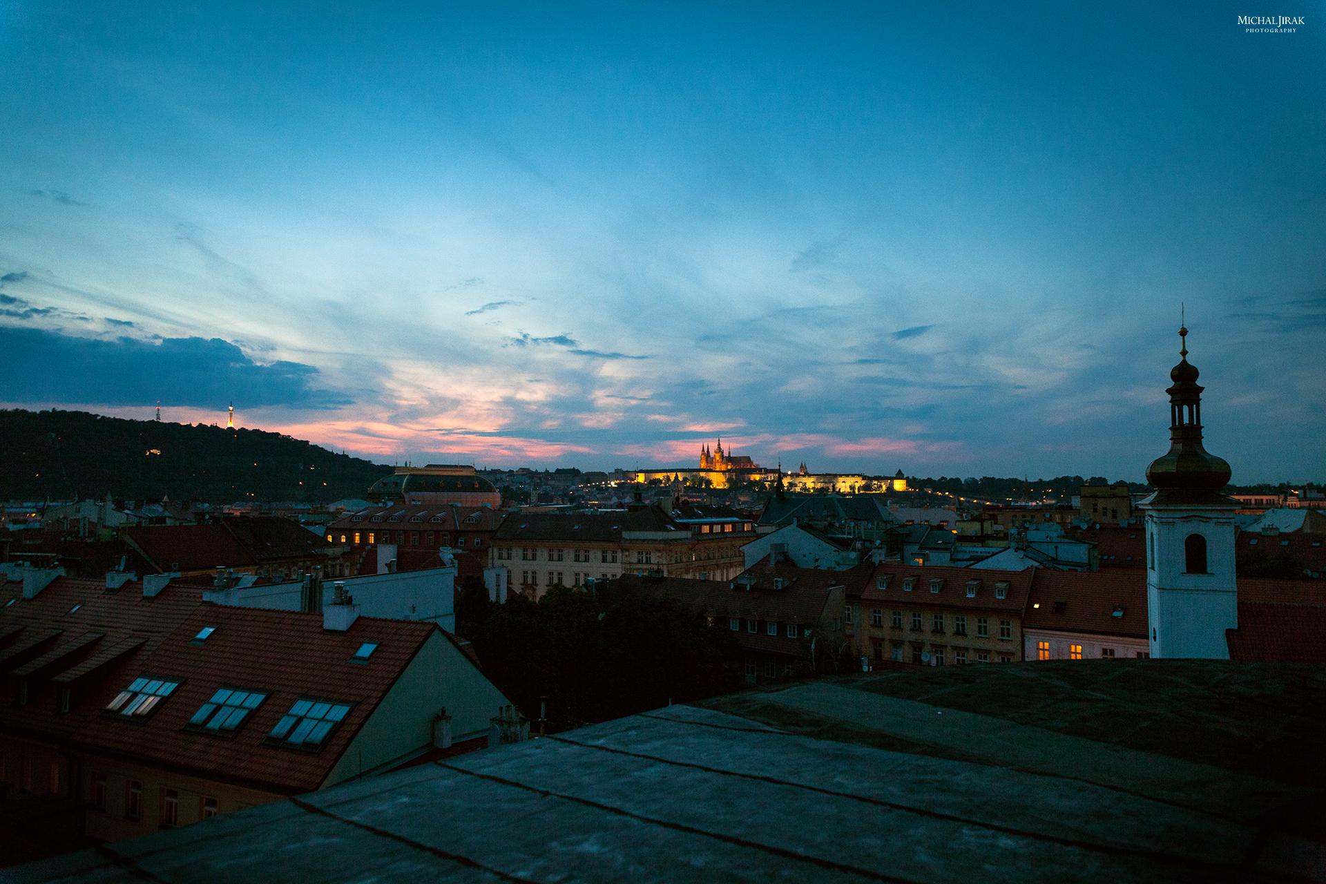 """Michal Jirák: """"Fotka vznikla při zvláštní příležitosti focení obalu na CD jednoho českého zpěváka, kdy jsem se dostal na jednu střechu v centru. Bylo to těsně po západu slunce a ještě bylo trochu světla. Neměl jsem stativ, takže jsem fotil z ruky. Doufám, že se ještě někdy dostanu na nějakou střechu, abych měl víc času na takové fotky."""""""