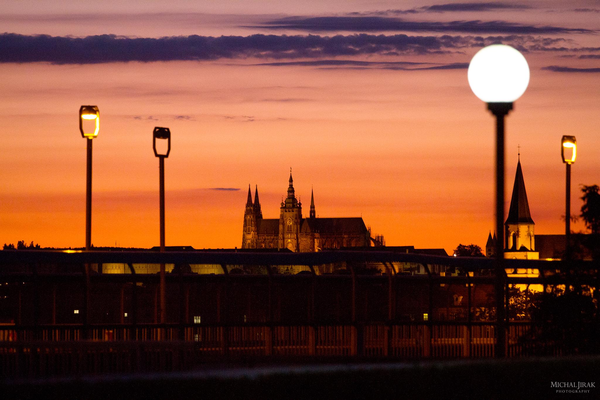 """Michal Jirák: """"Ten den jsem byl za kamarádem na Vyšehradě natáčet. Hned, když zapadlo slunce, se naskytl tenhle krásný pohled na Pražský hrad. Zase jsem neměl stativ, ale naštěstí jsem měl pevnou ruku a dlouhý objektiv."""""""