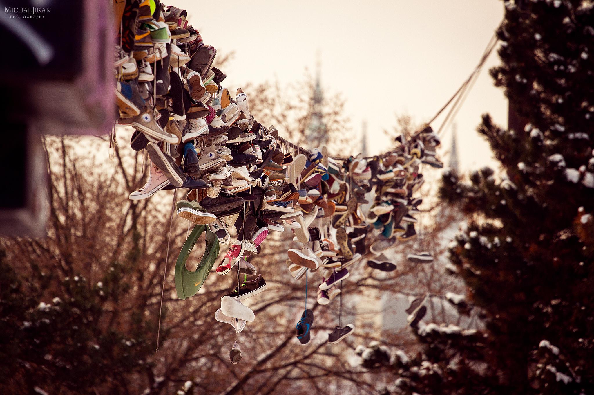 """Michal Jirák: """"Boty na Letné - na kabelu elektrického vedení. Tohle začalo před lety a dělali to skejťáci, kteří když zničili boty, svázali jim tkaničky a hodili je na tohle místo. Stala se z toho trochu zažitá tradice a teď už se tam najdou např. lední brusle, boty na snowboard apod."""""""