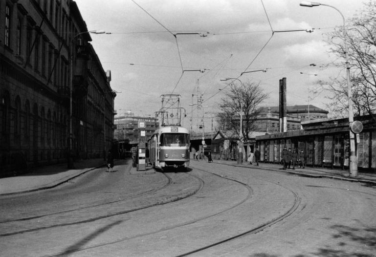 Trať zde byla zrušena v roce 1983. Dodnes jsou v ulici zbytky kolejí - (Foto: Jan Režný)