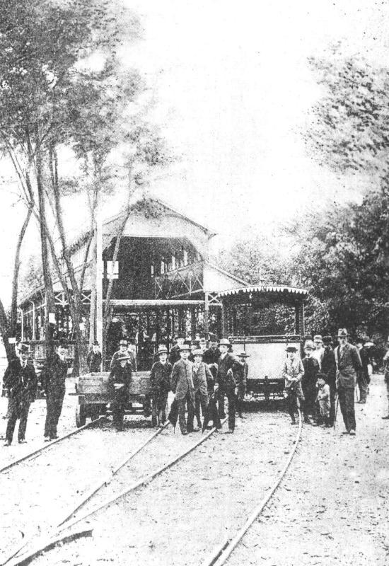 Horní zastávka Letenské lanovky navazovala na konečnou elektrické dráhy, která byla v parku u Letenského zámečku.